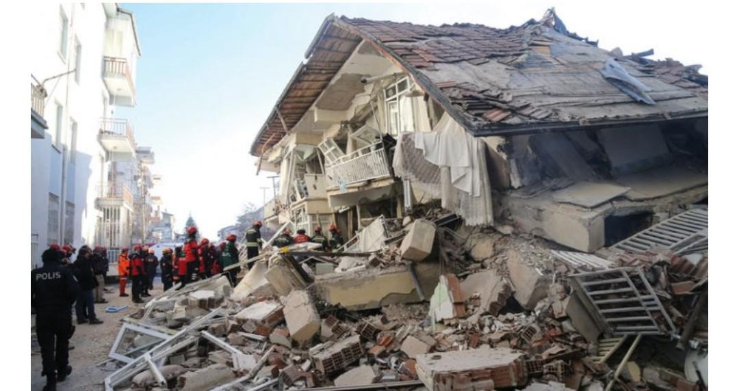 تركيا : مصرع سبعة أشخاص في زلزال قرب الحدود مع إيران