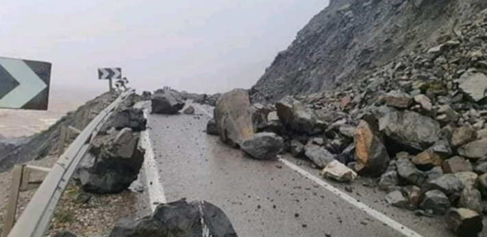 توقف حركة المرور بالطريق الوطنية رقم 16 بين تطوان والحسيمة بسبب انهيارات صخرية